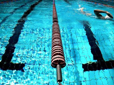 בריכת שחייה עם מצוף הפרדת מסלולים